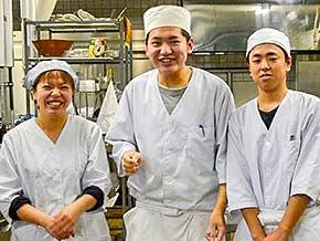厨房スタッフ(女性1人・男性2人)